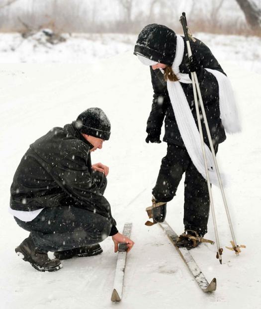 Schüler beim Anlegen der Skier - Leipziger Kinderstiftung