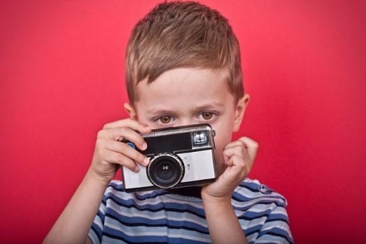 Junge mit Kamera - Leipziger Kinderstiftung