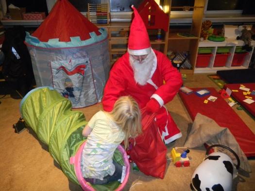 Weihnachtsmann verteilt die Geschenke - Leipziger Kinderstiftung