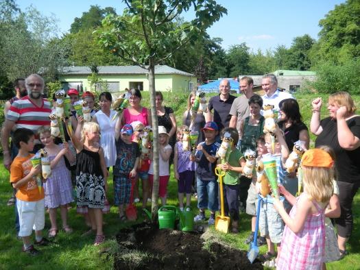 Gemeinsame Pflanzung des Apfelbäumchen - Leipziger Kinderstiftung