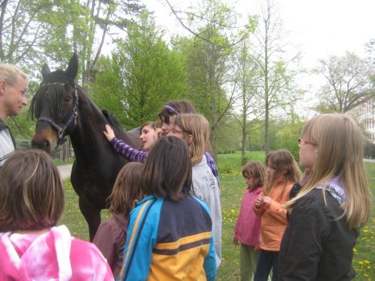 Kinder beim Pferd aud den Kinderbauerngut - Leipziger Kinderstiftung - Fotograf: Kathleen Bursies