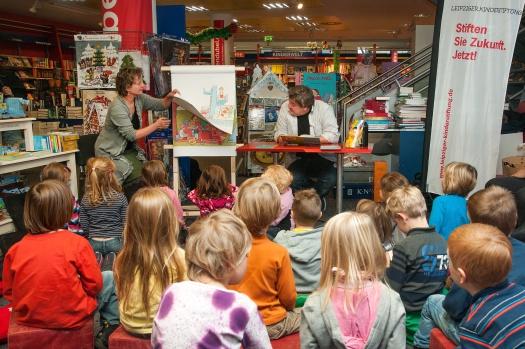 Gespanntes zuhören beim Vorlesen - Leipziger Kinderstiftung