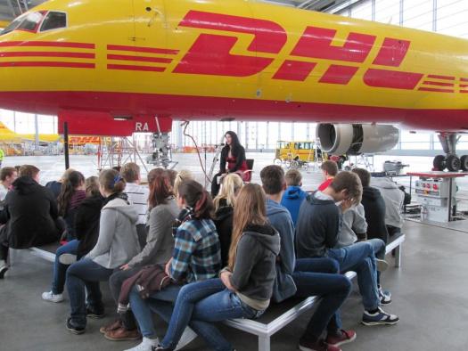 Gespanntes lauschen im Hangar - Erlebnsilesen - Leipziger Kinderstiftung