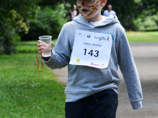 Junge mit Wasser - Leipziger Kinderstiftung