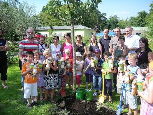 Glückliche Eltern und Kinder um den Zuckertütenbaum - Leipziger Kinderstiftung