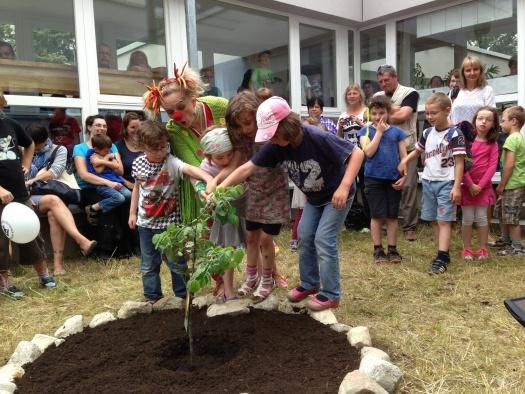 Clownin Flotti Lotti und die Kinder gießen den Zuckertütenbaum - Leipziger Kinderstiftung