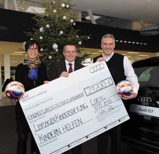 Spendenscheck vom Audi Zentrum Leipzig an die Leipziger Kinderstiftung