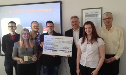 Die Auszubildenden der Tyczka Totalgaz GmbH und Tobias Hahn übergebenden den Spendenscheck - Leipziger Kinderstiftung