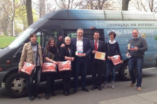 Leipziger Streetworker gemeinsam mit Birgit und Alexander Malios vor dem Streetmobil - Leipziger Kinderstiftung