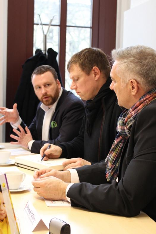 Lars Menzel, Michael Fischer-Art und Alexander Malios bei der Unterzeichnung der Kooperationsvereinbarung - Leipziger Kinderstiftung