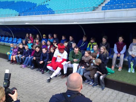 Der Autor Boris Pfeiffer mit Schülern Leipziger Grundschulen und RB-Maskottchen Bulli - Leipziger Kinderstiftung